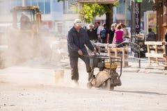 UZHGOROD, DE OEKRAÏNE - SEPTEMBER 28, 2017: Arbeider die concreet r snijden Stock Foto's
