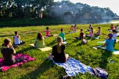 In Uzhgorod overgegaan een openluchtoefening - Yoga voor allen Stock Afbeelding