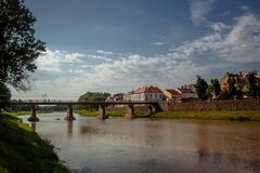 Uzhgorod, Ucrânia, o 28 de junho de 2017: Uma ponte através do rio em t fotos de stock royalty free