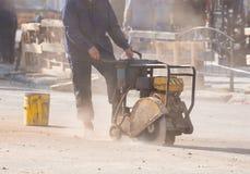 UZHGOROD, UCRÂNIA - 28 DE SETEMBRO DE 2017: Trabalhador que corta r concreto Imagem de Stock Royalty Free