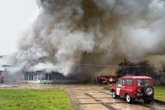 UZHGOROD UKRAINA, LUTY, - 01, 2016: Ogień i silny dymny cov Zdjęcie Stock