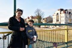 UZHGOROD UKRAINA, MARZEC, - 04, 2017: Biedna kobieta z mała dziewczynka b Obrazy Stock