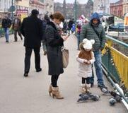 UZHGOROD, UKRAINE - 17. FEBRUAR 2017: Leute, welche die Tauben einziehen Stockfoto