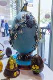 Uzhhorod Ukraina, Kwiecień, - 27, 2016: Llarge czekoladowy jajko jest na s Fotografia Stock