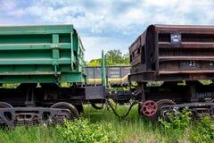Uzlovaya, Rusia - junio de 2015: El parquear de los carros de la carga imágenes de archivo libres de regalías