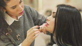 Uzupełniał artysta farb kobiety ` s wargi z lipgloss zbiory wideo