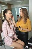 Uzupełniał artysty robi fachowemu makeup fotografia royalty free