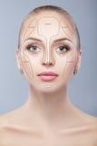_ Uzupełniał kobiety twarz na popielatym tle Konturowy i główna atrakcja makeup Obrazy Stock