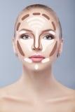 _ Uzupełniał kobiety twarz na popielatym tle Konturowy i główna atrakcja makeup Fotografia Stock