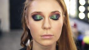 Uzupełniał stylisty kończymy zieleni smokey oczy uzupełniali dla uczciwego włosy modela Wolno otwiera ona oczy Frontowy widok wol zbiory