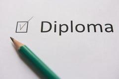 Uzupełnia szkolenie, dostaje dyplom, Spełniać ustalonego cel słowo DIPLOME napisze na białym papierze w ołówku, zaznaczającym z c Zdjęcie Stock