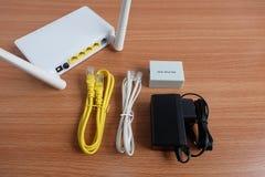 Uzupełnia ustalonego modemu routera wifi radio, kabel, rozłupnik i adaptator na drewnianym, lan i adsl, fotografia stock