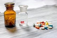 uzupełnia witaminy Pigułki i pigułki butelka na popielatym drewnianym stołowym tła copyspace Obrazy Stock