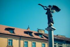 Uzupis天使,吹一个喇叭在大广场,一个独立共和国Uzupis的标志处所的天使的雕象 免版税库存照片