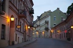 Uzupisbuurt in de avond, Vilnius, Litouwen stock foto's