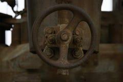 Válvula aherrumbrada vieja de una fábrica foto de archivo