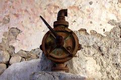 Válvula aherrumbrada vieja del agua Fotos de archivo libres de regalías