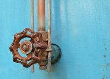 Válvula aherrumbrada vieja en el metal azul del Grunge Foto de archivo libre de regalías
