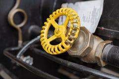 Válvula amarela na tubulação de cobre fotografia de stock
