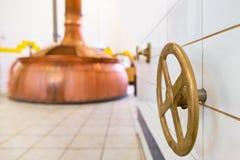 Válvula cerrada en la cervecería imagen de archivo