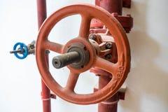 Válvula da água aberta na pensão Fotos de Stock Royalty Free