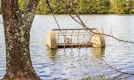 Válvula da liberação do excesso ou de água do lago Imagens de Stock