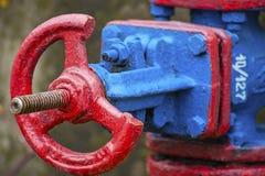 Válvula da tubulação de vapor em cores vermelhas e azuis fotos de stock royalty free