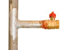Válvula de bola em uma tubulação do metal Válvula de gás com punho vermelho Isolado imagem de stock