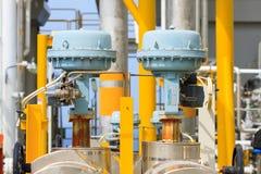 Válvula de controle ou regulador de pressão no processo do petróleo e gás Foto de Stock