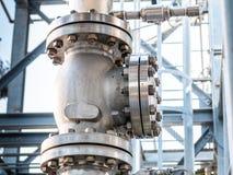 Válvula de globo grande, con los rebordes y los pernos, en el sistema de alta presión de la refrigeración por agua imagen de archivo libre de regalías