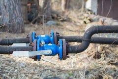Válvula de segurança na tubulação Regulador de pressão nas tubulações imagem de stock royalty free
