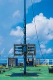 Válvula de seguridad en la plataforma remota del manantial del petróleo y gas a proteger sobre la presión mientras que operación  Fotografía de archivo