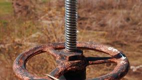 Válvula de verificação vermelha do encanamento Petróleo e indústria do gás Estação do processamento natural e do transporte de um video estoque