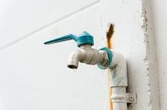 Válvula del agua de la etiqueta fotos de archivo