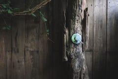Válvula del agua del metal en cuarto de baño de madera al aire libre foto de archivo libre de regalías