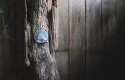 Válvula del agua del metal en cuarto de baño de madera al aire libre fotografía de archivo libre de regalías