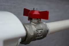 Válvula del agua roja en tubería fotos de archivo libres de regalías