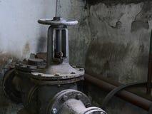 Válvula del arrabio en la tubería Fotos de archivo