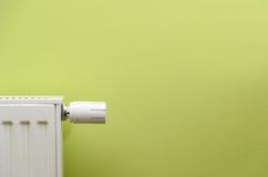 válvula del radiador en fondo verde con el espacio negativo Imagen de archivo
