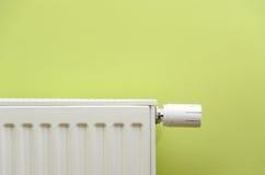 válvula del radiador en fondo verde con el espacio negativo Imagenes de archivo