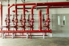 Válvula del tubo de agua roja, tubo para el control de sistema de tubería de agua y Fi fotografía de archivo