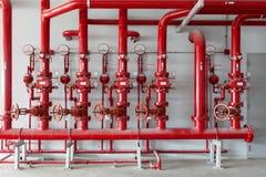 Válvula del tubo de agua roja, tubo para el control de sistema de tubería de agua en el ind Fotografía de archivo libre de regalías