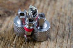 Válvula del tubo interno en una tabla de madera del taller Accesorios para el vul Fotografía de archivo