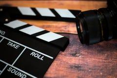 Válvula do filme e câmera velha em um fundo de madeira, tiro do filme Fotos de Stock Royalty Free