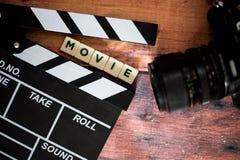 Válvula do filme e câmera velha em um fundo de madeira, tiro do filme Imagem de Stock