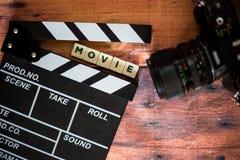 Válvula do filme e câmera velha em um fundo de madeira, tiro do filme Fotos de Stock