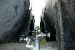 Válvula do tanque de água com linhas da tubulação Fotografia de Stock