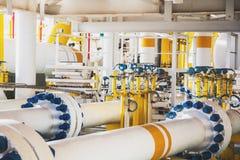A válvula e a tubulação alinham na plataforma de petróleo e gás no mar no golfo de Fotos de Stock Royalty Free