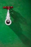 Válvula en fondo verde foto de archivo
