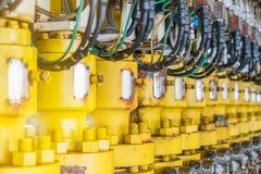 Válvula hidráulica do bloqueador ou de regulador de pressão na plataforma do telecontrole da fonte do petróleo e gás foto de stock